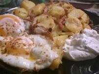 Speckkartoffeln mit Kräuterquark und Spiegelei