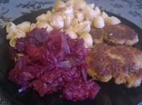Frikadellen mit Nudeln und Sahnesauce an Rotkraut