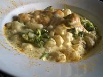 Gnocchiauflauf mit Pute, Brokkoli und Currysauce