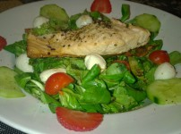 Lachsfilet auf Feldsalat