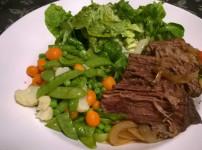 Rinderschmorbraten an Gemüse und frischem Salat