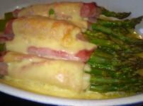 Überbackener Spargel mit Schinken-Käse an Kartoffeln