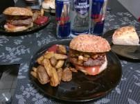 Deftiger BBQ Burger mit selbstgemachten Country Wedges