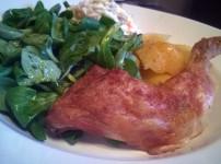 Saftiges Brathähnchen mit Knusperhaut an Ofenkartoffeln und Salat