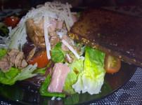 Thunfischsalat mit Knusperbrot aus der Pfanne