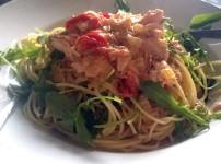 Spaghetti mit Lachs in Weißweinsauce an Rucola