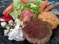Saftige Frikadelle mit Tomaten-Risotto und frischem Salat