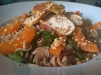 Warmer Nudelsalat mit Putenbrust, Spinat und Aprikosen