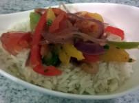 Schnelles Paprikagemüse auf Reis für Vegetarier