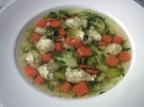 Gemüsesuppe mit Putenklößchen