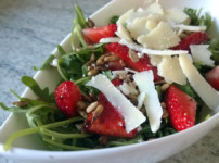 Rucolasalat mit Erdbeeren & Balsamico-Honig-Vinaigrette {Low Carb}