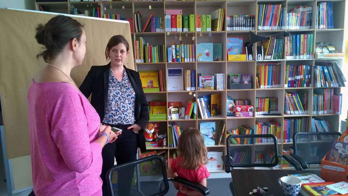Caro erklärt Mira wie der Lingen Verlag entstanden ist