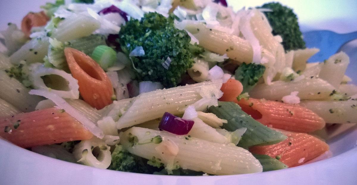 Warmer NUdelsalat mit Parmesan Topping