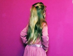 Läuse aus langem Haare entfernen