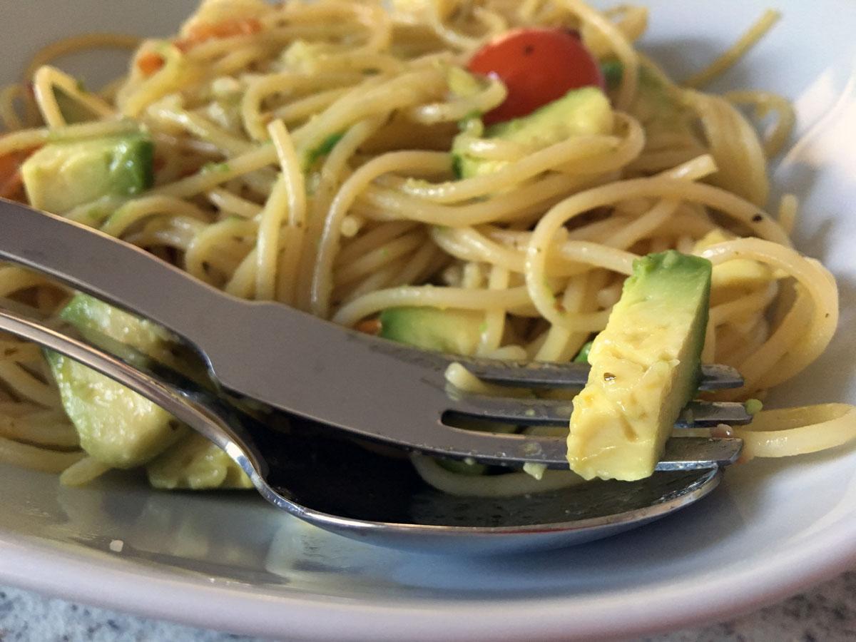 Spaghetti-mit-Tomate-Mozzarella-und-Avocado