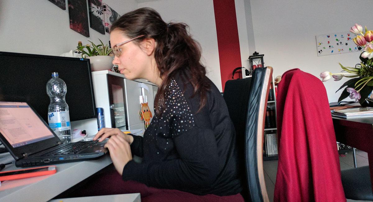 Yasmin mit krummen Rücken am PC