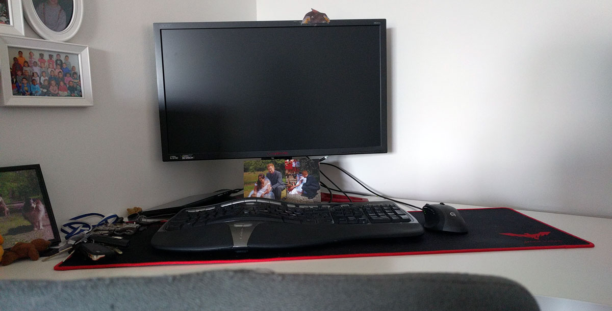 Arbeitsplatz mit ergonomischer Tastatur