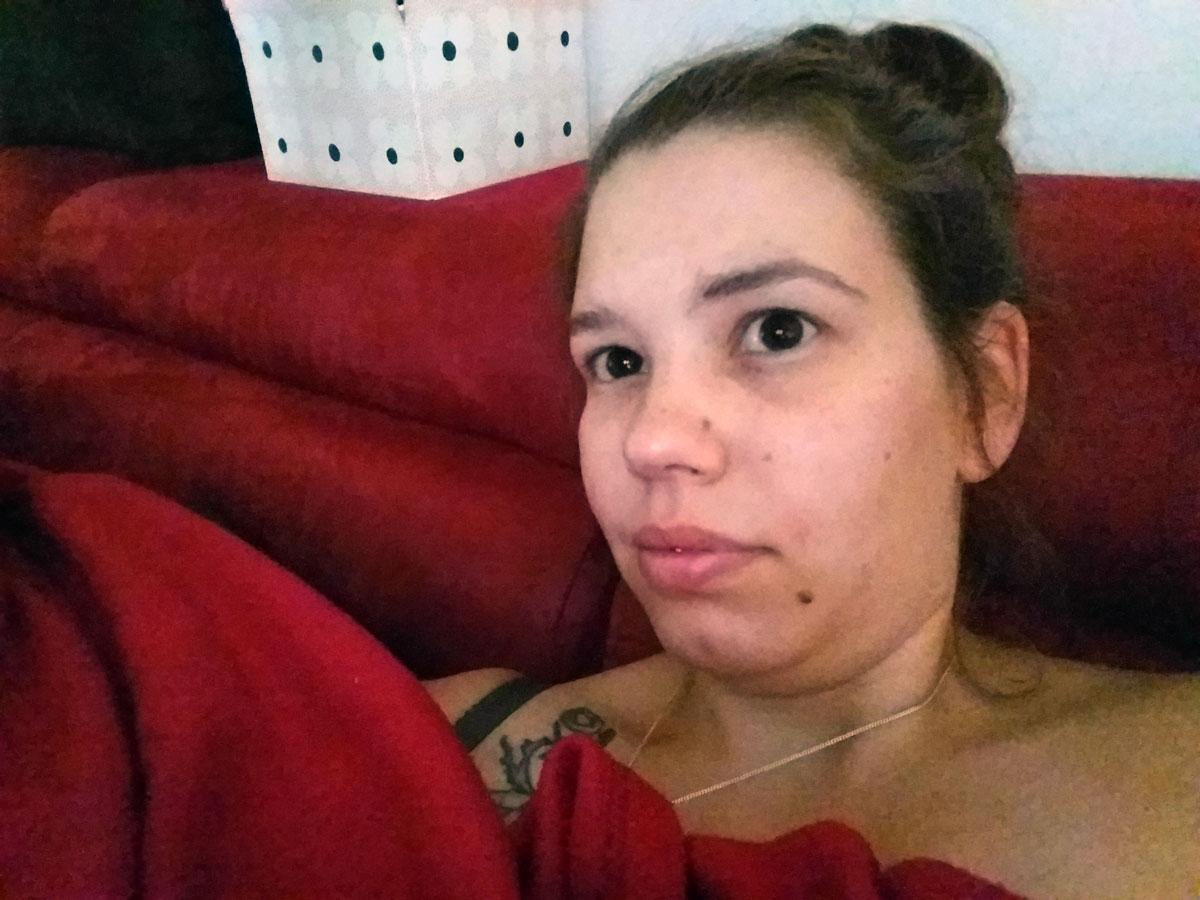Müde Rabenmutti auf der Couch