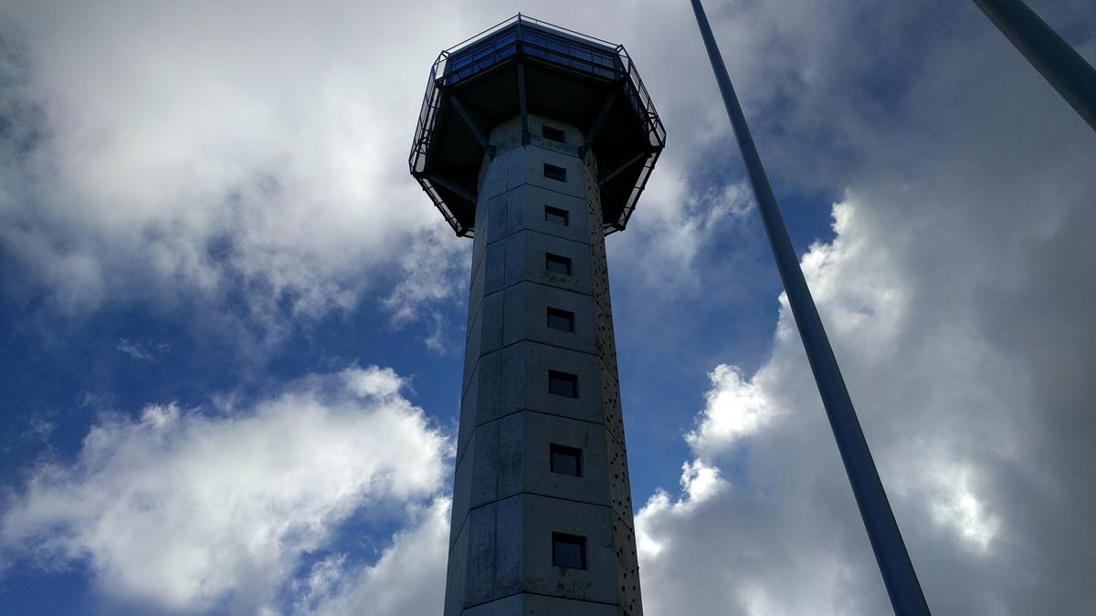 Gleichberechtigte Elternschaft - ein Turm in mitten dunkler Wolken